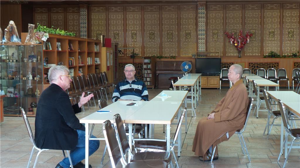 德國之聲(Deutsche Welle)負責宗教、政治及社會的編輯主任Christoph Strack(左)採訪柏林佛光山妙祥法師及國際佛光會柏林協會督導Wolfgang