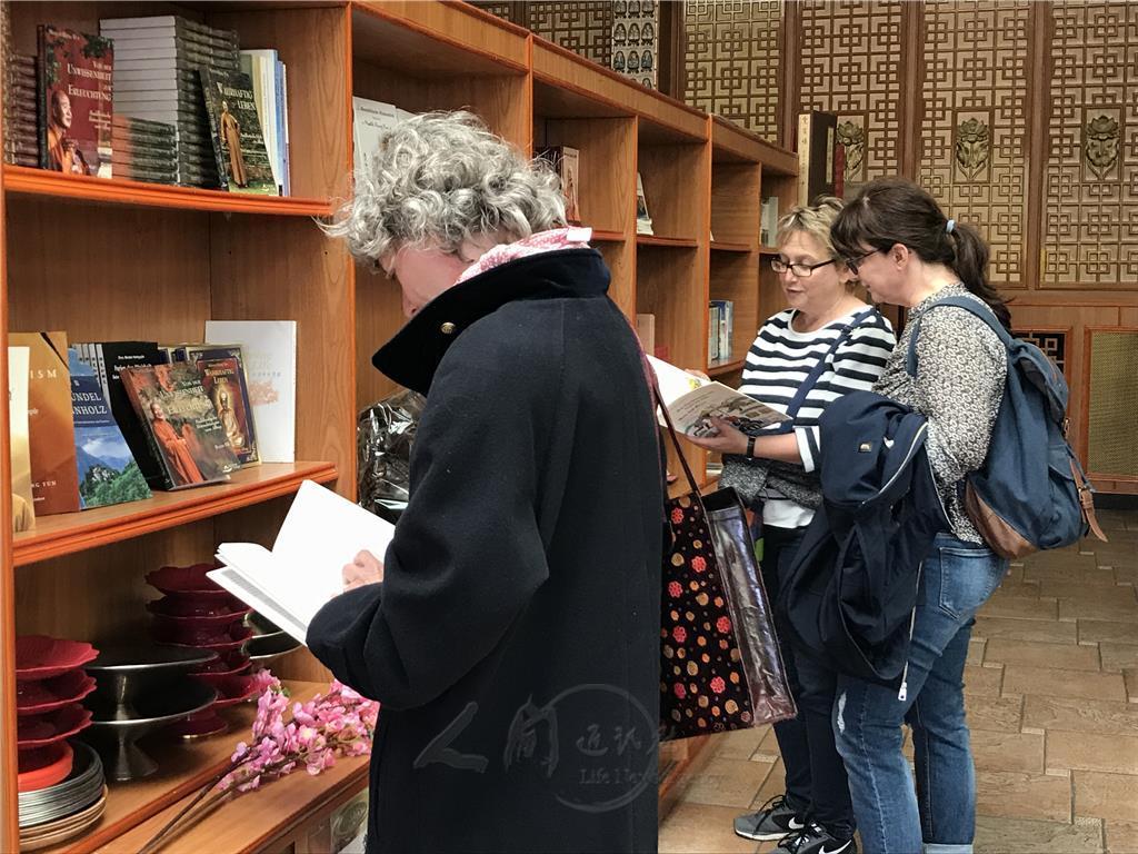 訪客對佛光山的英、德文書非常感興趣。