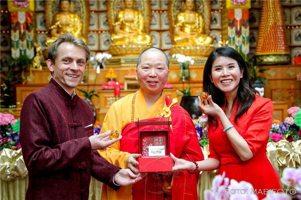 妙祥法師代表送上三好禮盒祝福新人。