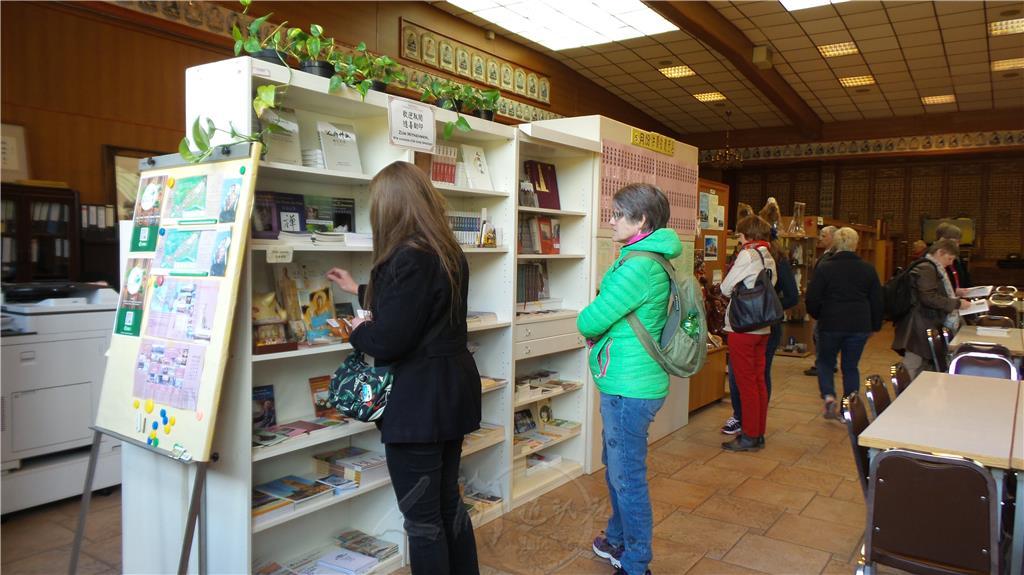喜愛讀書的德國人翻看佛光山各類書籍。